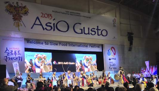 Traditional Korean dancing at AsiO Gusto