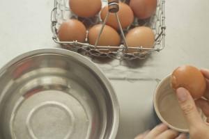 meimanrensheng.com how to cook- separating eggs step 1