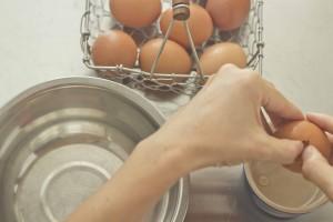 meimanrensheng.com how to cook- separating eggs step 2