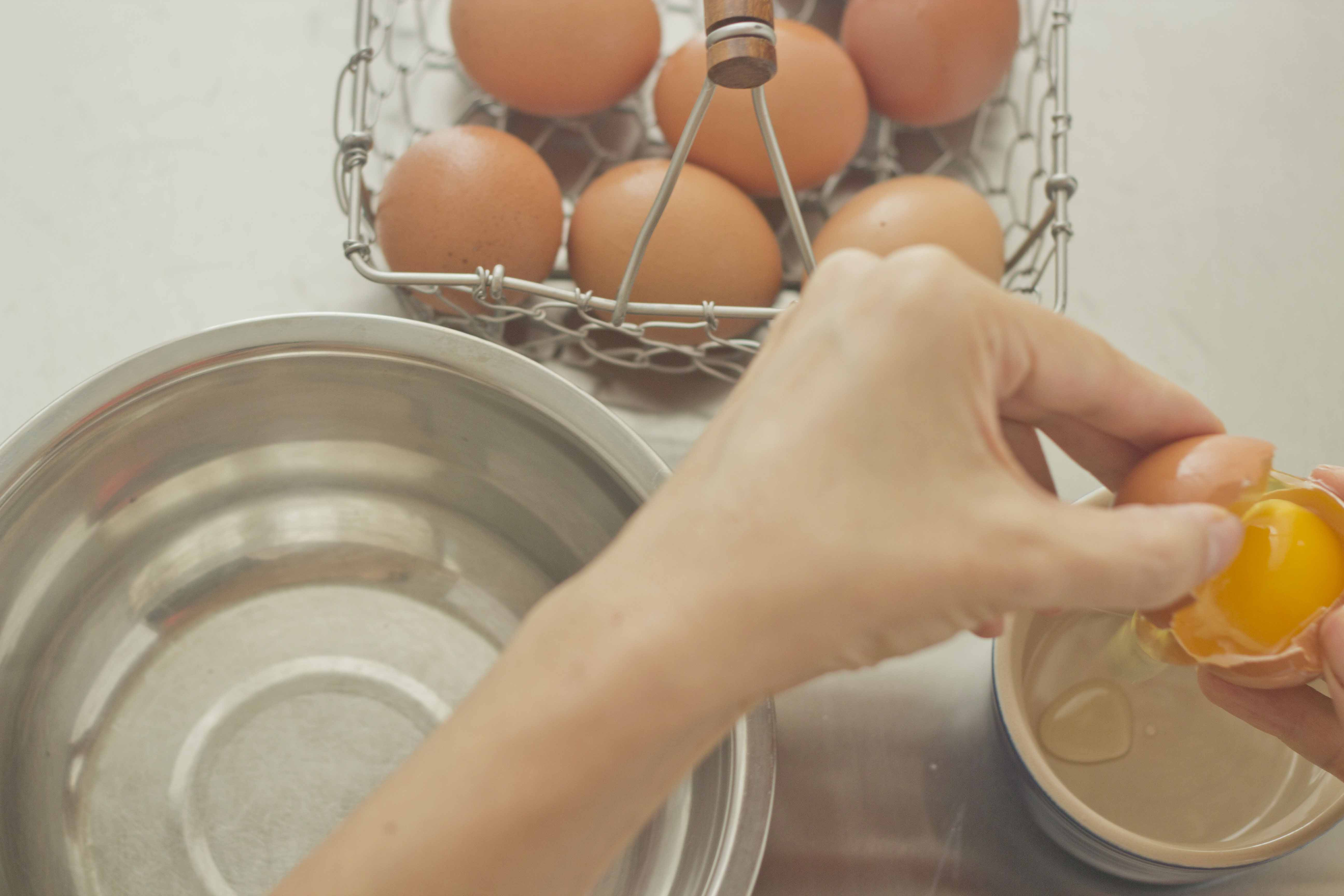 A Simple Illustrated Guide On How To Separate Egg Yolks And Egg