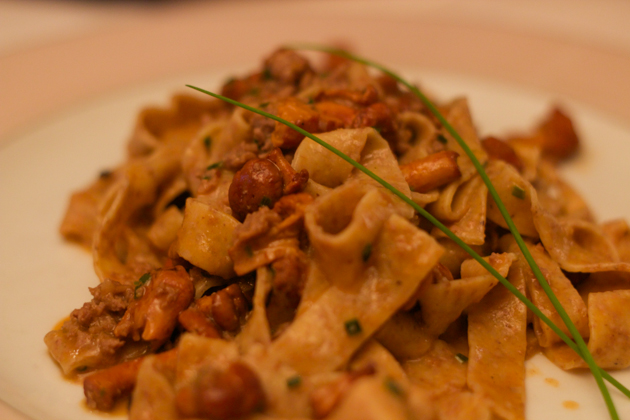 Tagliatelle integrali al ragu d'agnello e finferli (pasta with lamb and chanterelle mushroom sauce)