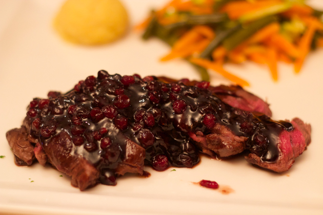 Tagliata di filetto di cervo con mirtilli rossi e aceto balsamico (venison with lingonberry jam and balsamic vinegar)