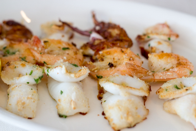 Spiedini di calamari e gamberi (grilled brochettes of calamari and prawns)