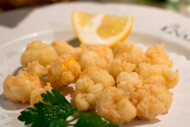 Gamberi fritti (breaded and deep-fried prawns)