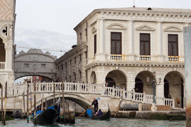 The ponte dei sospiri bridge in back