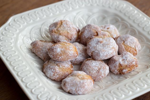 Amaretti (almond biscuits)
