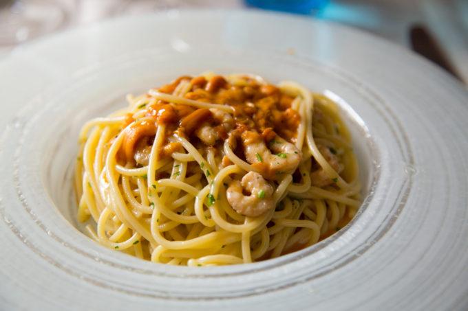 Spaghetti al ricci e gamberi (spaghetti with prawns and sea urchin)