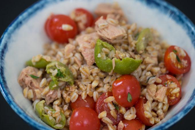 Insalata di farro con pomodorini e tonno (farro, tomato, tuna and olive salad)