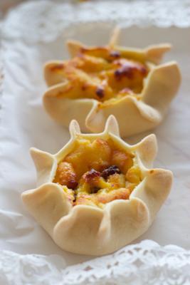 Casadinas / Ricottelle  (semolina tarts filled with ricotta and raisins)
